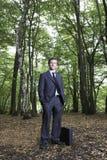Stående av den säkra affärsmannen Standing In Forest arkivfoton