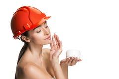 Stående av den säkra kvinnliga arbetaren i orange hjälm arkivbild