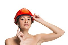 Stående av den säkra kvinnliga arbetaren i orange hjälm royaltyfria bilder