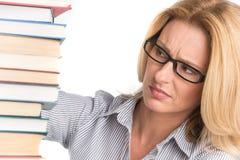 Stående av den säkra kvinnliga förkämpen som ser böcker Arkivfoto