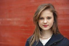 Stående av den säkra unga affärskvinnan royaltyfri foto