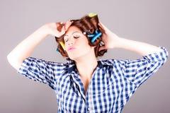 Stående av den sexiga hemmafrun med hårrullar royaltyfri fotografi