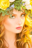 Stående av den sexiga kvinnan med blommor Royaltyfri Foto