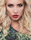 Stående av den sexiga kvinnan med blont hår och ljus makeup Royaltyfria Bilder