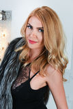 Stående av den sexiga kvinnan med perfekt hud, ljus makeup och blont hår Arkivbilder