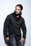 Stående av den sexiga stiliga mannen i grå sweater. royaltyfri fotografi