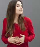 Stående av den sexiga unga kvinnan som ler med tillfredsställelse och belåtenhet Arkivbilder