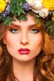 Stående av den sexiga vuxna kvinnan med blommor Arkivfoton