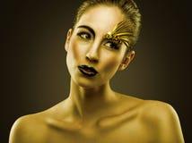 Stående av den sexuella härliga flickan med lyxig guld- makeup Arkivbilder