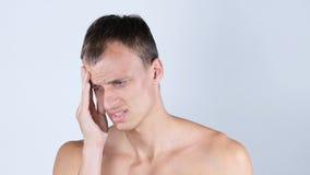 Stående av den Shirtless mannen som lider från huvudvärk Arkivfoto