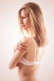 Stående av den sinnliga blonda kvinnan i behå Arkivfoto