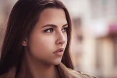 Stående av den sinnliga kvinnan på stadsbakgrund Royaltyfria Bilder