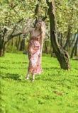 Stående av den sinnliga le blonda damen Enjoying i vårskog royaltyfria foton