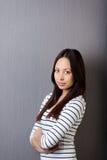 Stående av den självsäkra unga kvinnan Arkivfoto