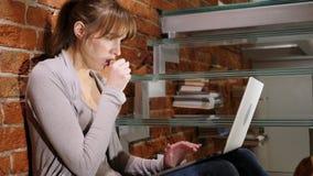 Stående av den sjuka kvinnan som hostar, medan arbeta på bärbara datorn royaltyfria foton