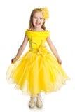Stående av den sjungande liten flicka i princessklänning Royaltyfri Foto