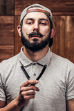 Stående av den skäggiga hipsteren med den raka kantrakkniven Royaltyfri Foto