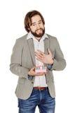 Stående av den skäggiga mannen som öppnar en överraskninggåva i rosa wi för en ask royaltyfri fotografi