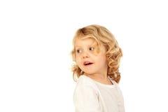 Stående av den skämtsamma lilla ungen med långt blont hår som tillbaka ser Royaltyfri Fotografi