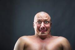 Stående av den skalliga förskräckta mannen Arkivbild