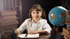 Stående av den smarta skolflickan Royaltyfri Foto