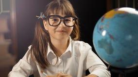 Stående av den smarta skolflickan Arkivfoto