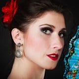 Stående av den spanska flickaflamencodansaren med fanen Royaltyfri Fotografi