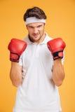 Stående av den starka boxaren för ung man i röda handskar Royaltyfria Bilder