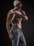 Stående av den starka idrotts- konditionmannen över svart bakgrund royaltyfria foton