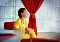 Stående av den stilfulla affärskvinnan Arkivfoto