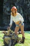 Stående av den stilfulla cowgirlen utomhus Royaltyfri Bild