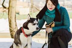 Stående av den stilfulla kvinnan och hennes skrovliga älsklings- hund arkivfoton