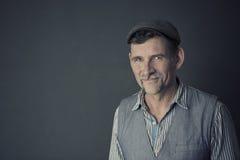 Stående av den stilfulla mannen i hans 50-tal Arkivfoto