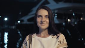 Stående av den stilfulla sommarhandelsresandekvinnan utomhus i den europeiska staden, nattfjärd med yachter på bakgrunden Royaltyfria Bilder