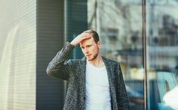Stående av den stilfulla stiliga unga mannen utomhus Royaltyfria Foton