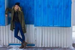 Stående av den stilfulla unga flickan på gatan Arkivfoton