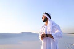 Stående av den stiliga arabiska affärsmannen som som erfar ny iWatc Royaltyfri Foto