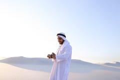 Stående av den stiliga arabiska affärsmannen som som erfar ny iWatc Fotografering för Bildbyråer
