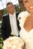 Stående av den stiliga brudgummen på bröllop-dag Arkivfoto