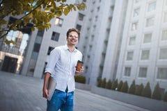 Stående av den stiliga lyckade affärsmannen som går på gatan och tänker om startup projekt royaltyfri bild