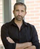 Stående av den stiliga manen i svart skjorta Arkivfoto