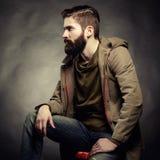 Stående av den stiliga mannen med skägget Royaltyfri Foto