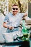 Stående av den stiliga mannen som tycker om grillfestpartiet som lagar mat gallerkött royaltyfria foton