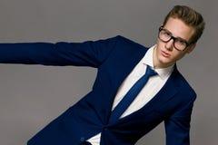 Stående av den stiliga stilfulla mannen i elegant dräkt Royaltyfri Foto