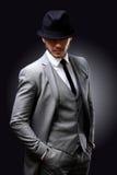 Stående av den stiliga stilfulla mannen i elegant dräkt royaltyfria foton