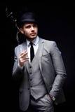 Stående av den stiliga stilfulla mannen i elegant dräkt arkivfoton