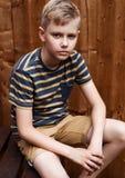 Stående av den stiliga tonårs- lyckliga pojken som är utomhus- i trädgård Royaltyfri Bild