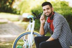 Stående av den stiliga unga cyklisten Fotografering för Bildbyråer