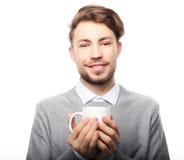 Stående av den stiliga unga mannen med koppen som isoleras på vit royaltyfri bild