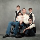 Stående av den stora lyckliga familjen Arkivfoto